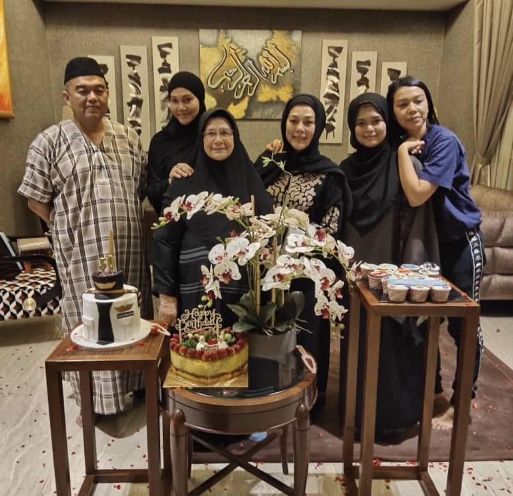 Shiera bersama ahli keluarganya.